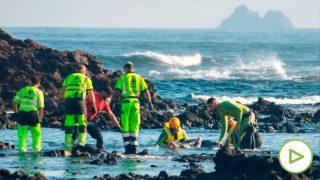 Efectivos de los servicios de emergencia rescatando a los inmigrantes. Foto: EP