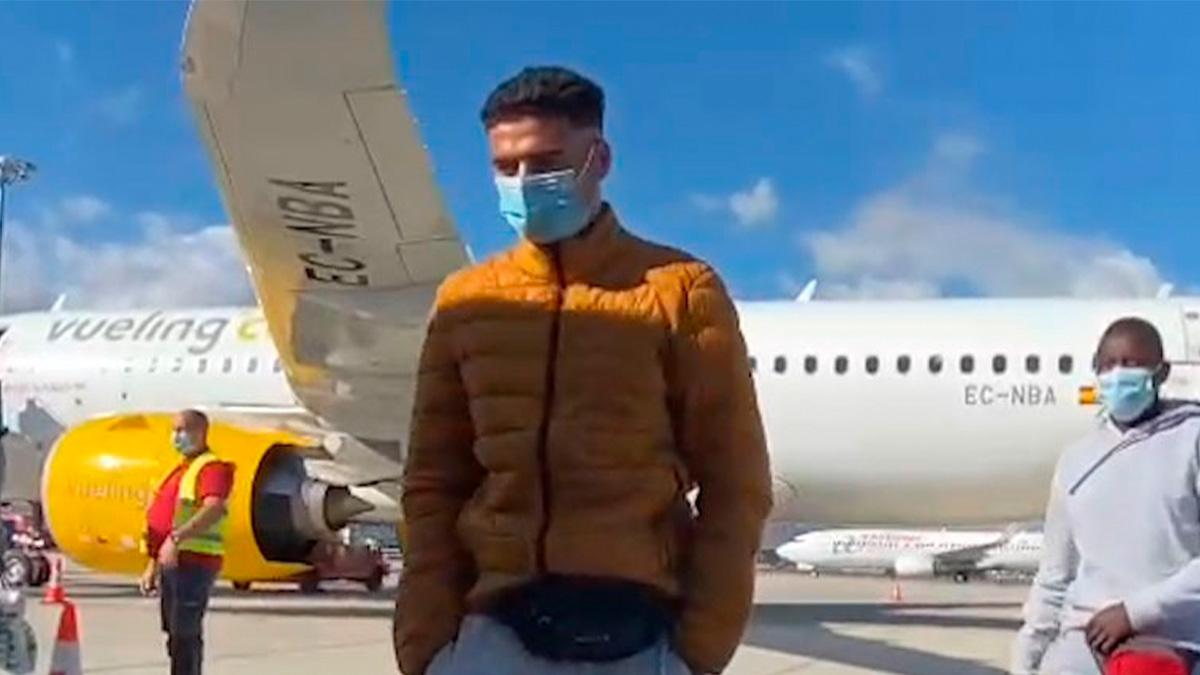 Inmigrantes ilegales aterrizan en Málaga en vuelo regular desde Canarias.