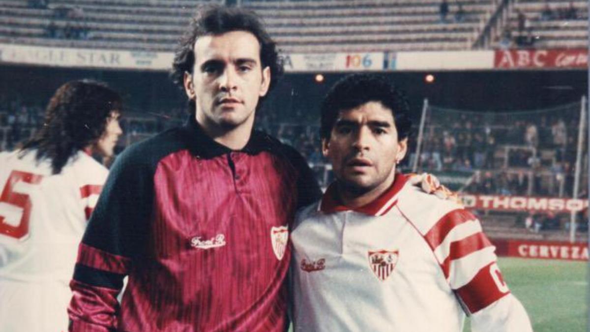 Monchi y Diego Armando Maradona durante su etapa en el Sevilla. (@leonsfdo)