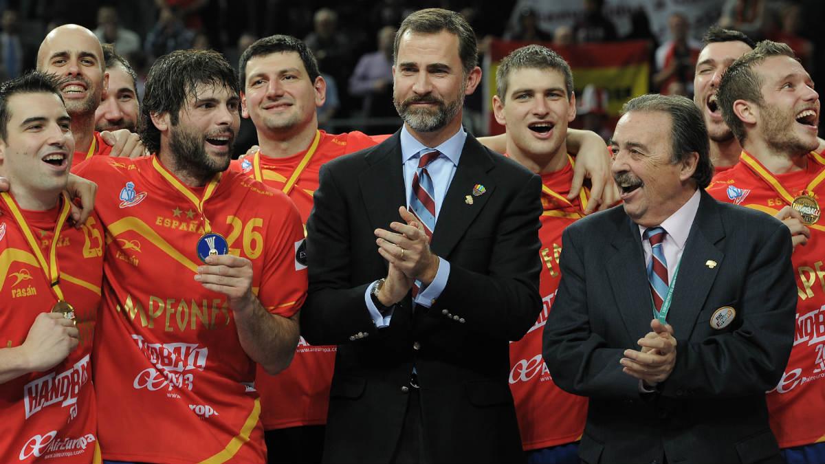 Juan de Dios Román, junto al Rey Felipe VI, tras ganar el Mundial de Balonmano. (AFP)