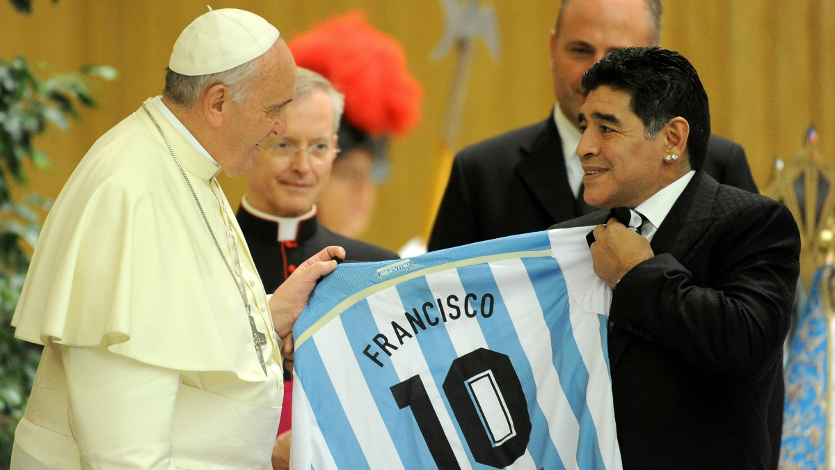 El Papa Francisco y Maradona en un encuentro (Getty).