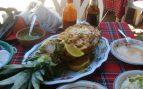 Piña rellena de pollo asado, cítricos y yogur
