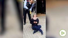 Los Mossos reducen a una joven con una pistola táser frente a un centro de salud en Sabadell