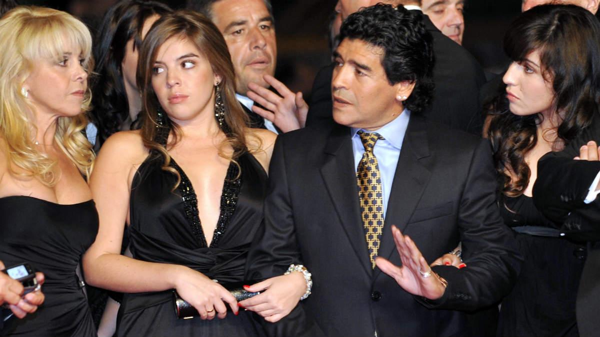 Maradona, junto a sus herederas Claudia, Dalma y Giannina. (AFP)