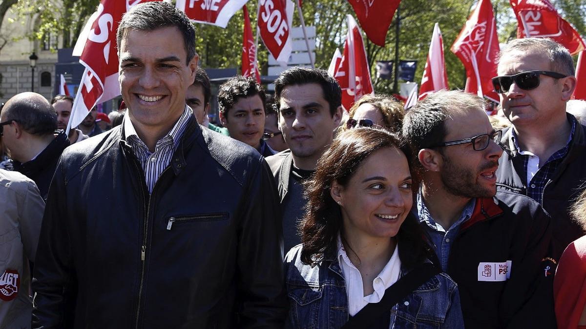 Pedro Sánchez junto a la alcaldesa socialista, Sara Hernández. (Foto: EFE)