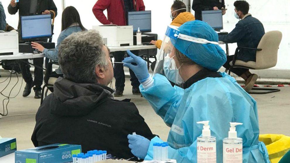 Imagen de archivo de una prueba de antígenos para detectar el coronavirus realizada en la Comunidad de Madrid. (Foto: Europa Press)