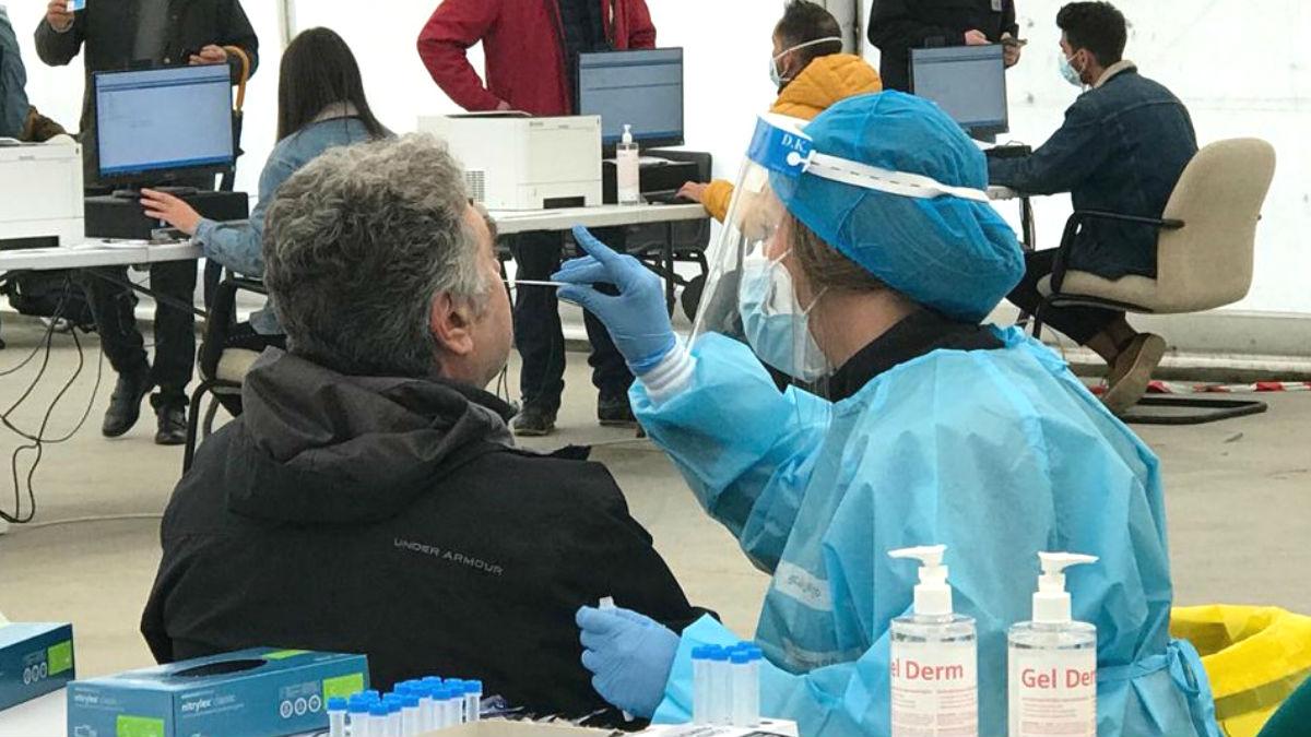 Sanitarios madrileños realizando test de antígenos para detectar contagios.