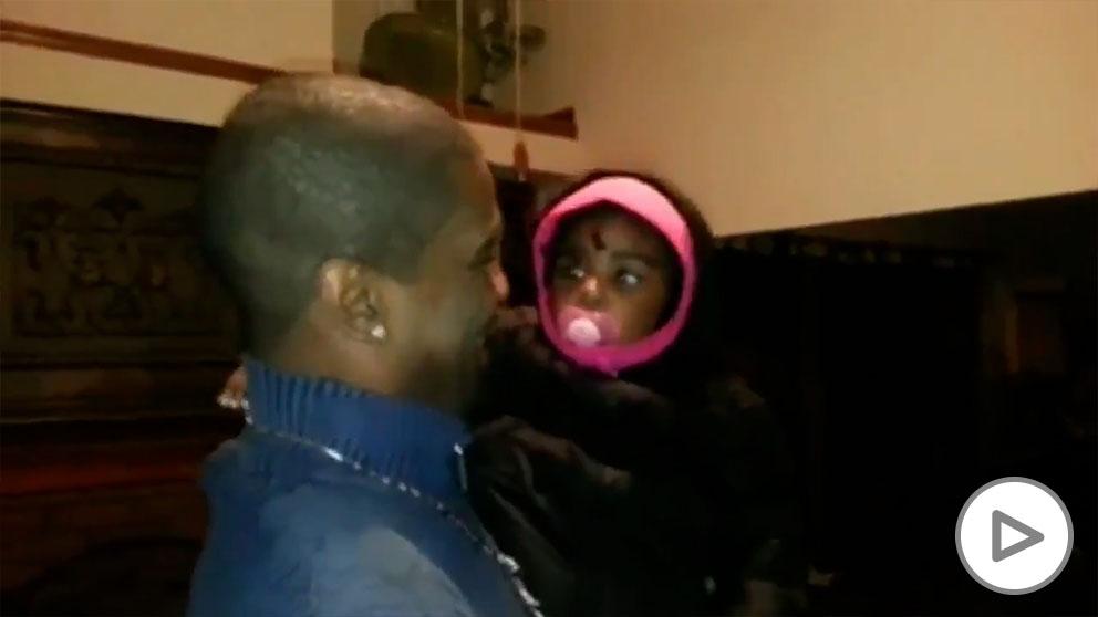 Bebe reacciona al gemelo de su padre
