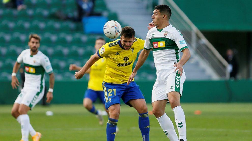 Los jugadores de Cádiz y Elche disputan un balón. (EFE)