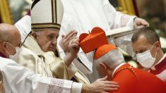 El nuevo cardenal italiano Silvano Maria Tomasi recibe el birrete cardenalicio de manos del Papa Francisco. Foto: AFP
