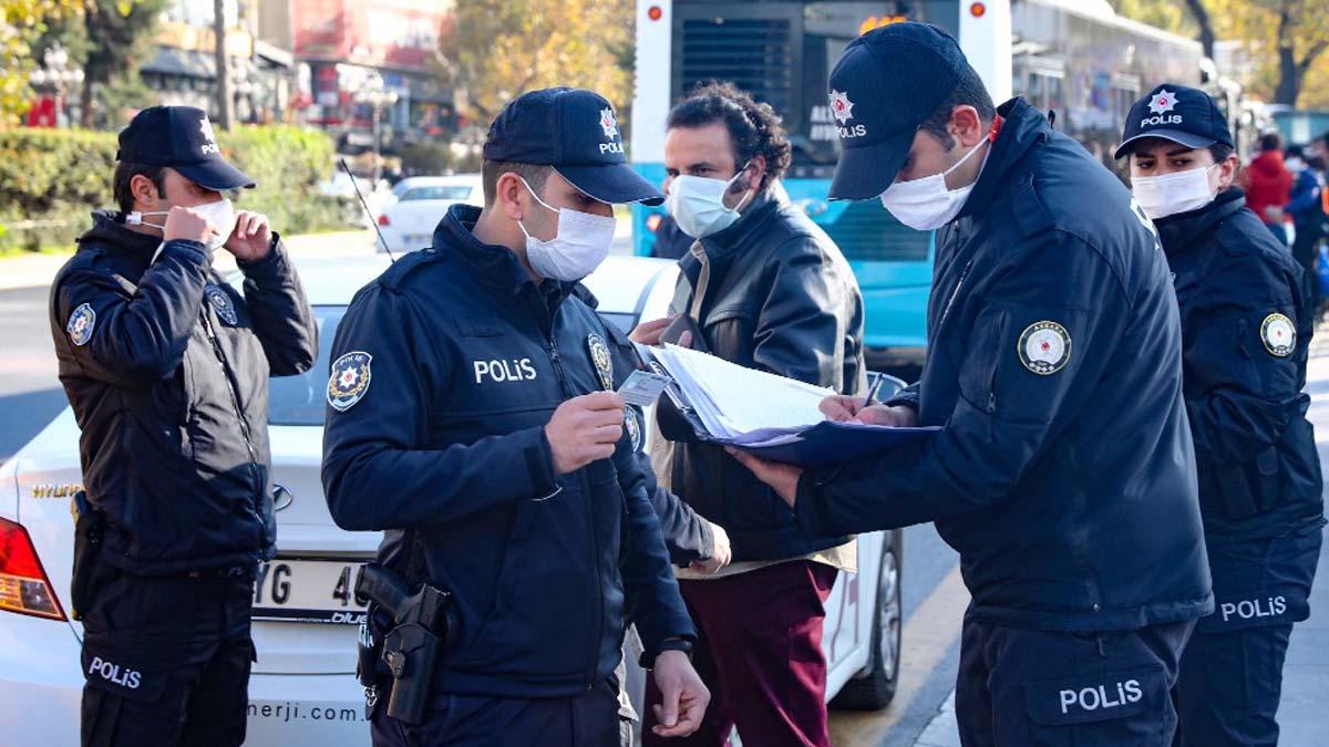 Agentes de policía con mascarilla en Ankara, capital de Turquía. Foto: AFP