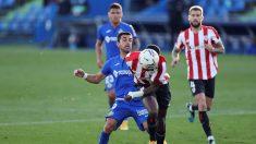 Los jugadores de Getafe y Athletic pelean por un balón. (EFE)
