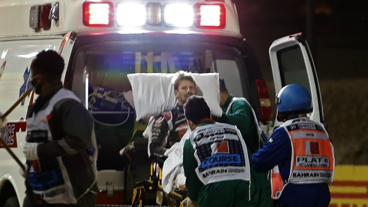 Romain Grosjean, en la ambulancia tras el gravísimo accidente que casi le cuesta la vida. (AFP)