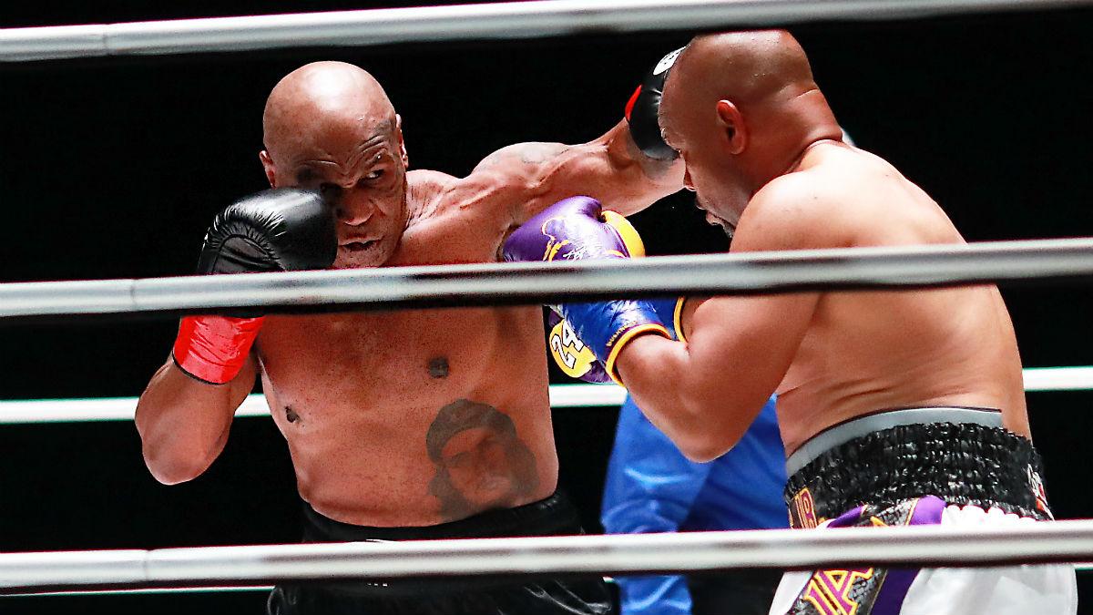 Mike Tyson golpea a Roy Jones. (Getty)