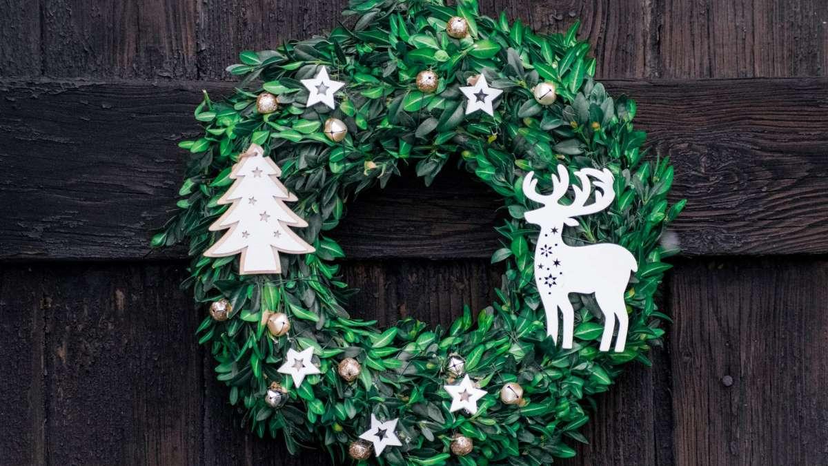 Las coronas son un clásico para crear ambiente navideño