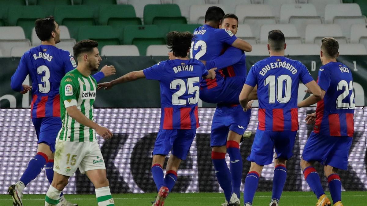 Los jugadores del Eibar celebran uno de los goles ante el Betis. (EFE)