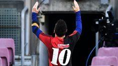 Messi celebra con la elástica de Maradona en su etapa en Newell's. (Getty)