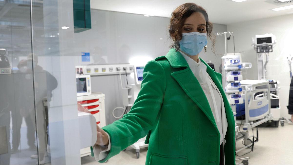 La presidenta de la Comunidad de Madrid, Isabel Díaz Ayuso durante su visita al interior de las instalaciones del nuevo hospital de Emergencias Enfermera Isabel Zendal (Foto: EFE/Chema Moya).