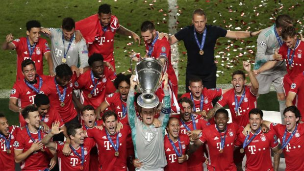 Manuel Neuer levanta la Orejona el pasado verano. (Getty)