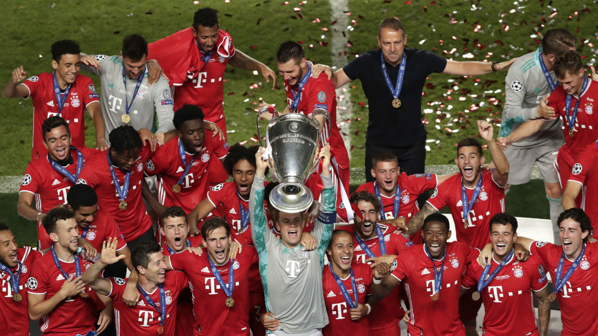 Manuel Neuer levanta el título después de la pasada final de la Champions League. (Getty)