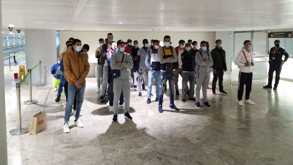 Los policías de Los policías de Extranjería identifican un vuelo lleno de inmigrantes ilegales.