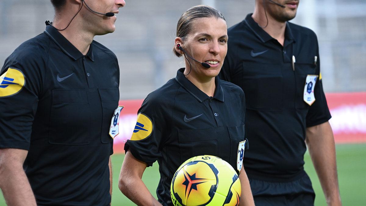 Frappart será la primera mujer que arbitre un partido de Champions League (AFP)