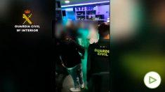La Guardia Civil desaloja a 200 personas de un bar en La Rioja.