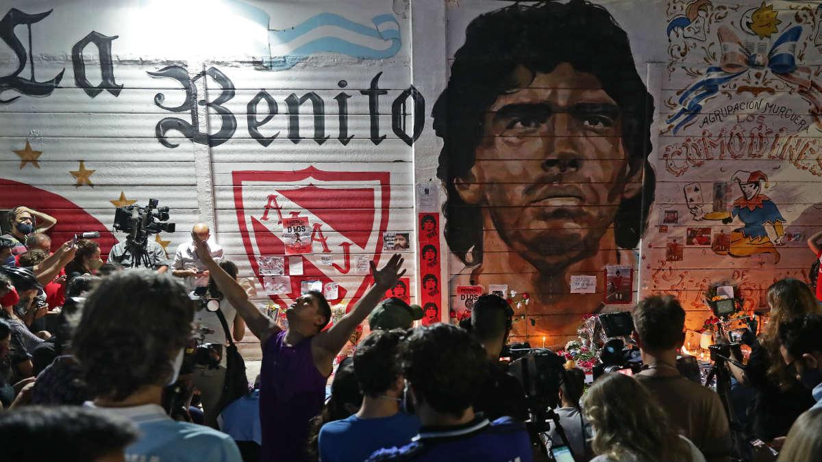Seguidores de Argentinos Juniors homenajean a Maradona. (AFP)