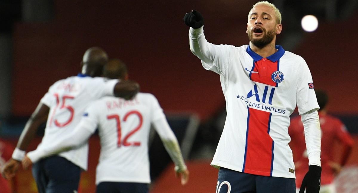 Neymar celebra uno de sus goles ante el United. (AFP)