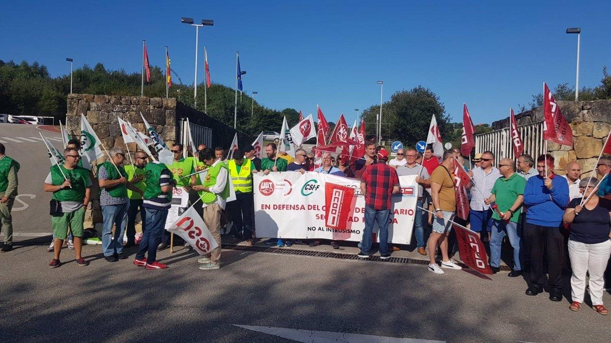Trabajadores de Ombuds se manifiestan en contra de los despidos