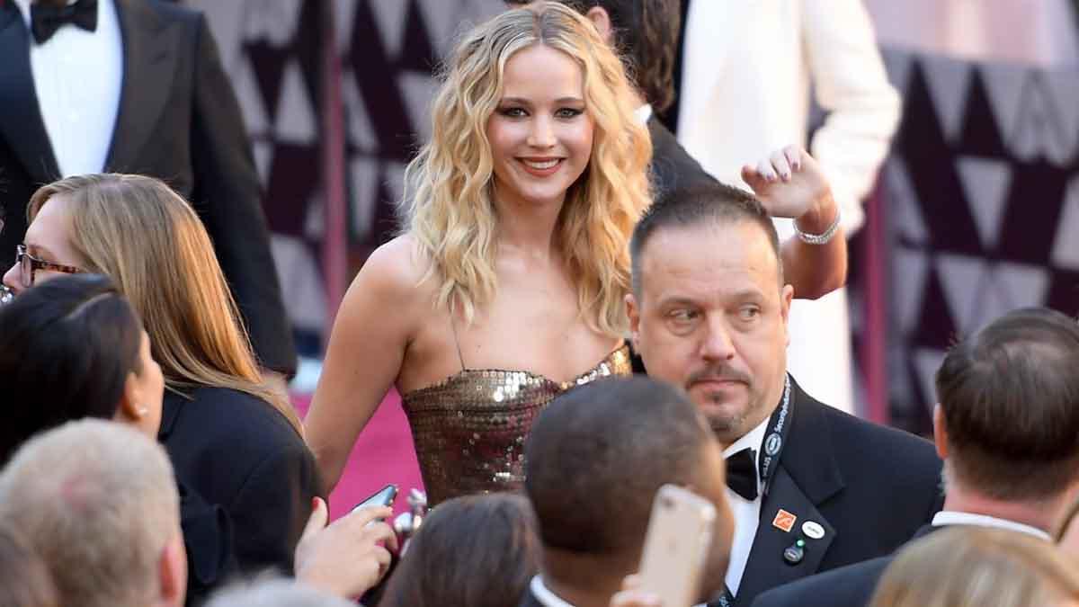 La actriz Jennifer Lawrence, conocida por disfrutar sobremanera de la gala de los Oscar, durante la alfombra roja de la edición de 2018 rodeada de gente. Foto: AFP