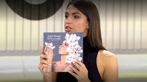 Sofía Suescun con el disco de Isabel Pantoja