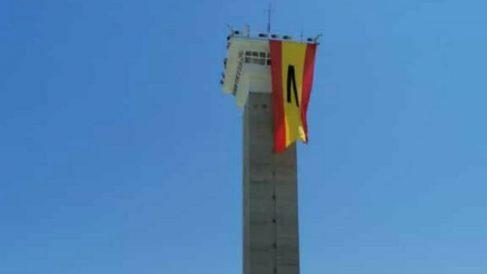 Bandera de España con un crespón negro en una prisión española