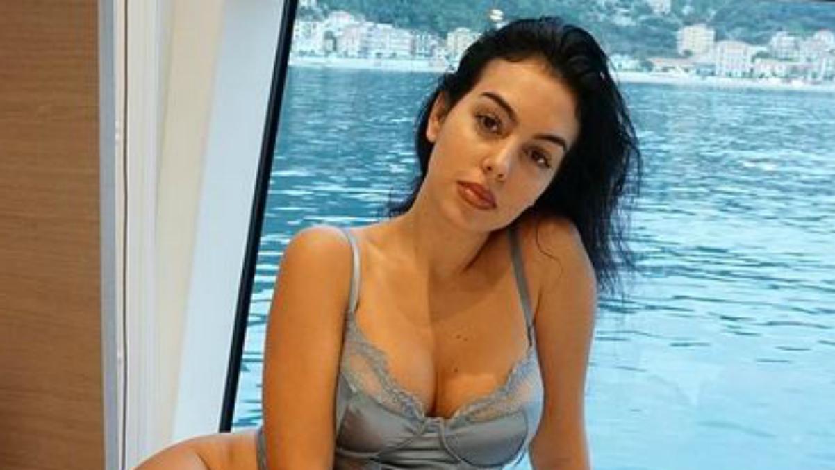 Georgina Rodríguez posando en su barco.
