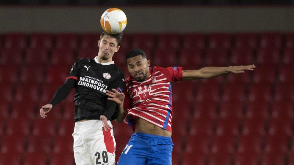 Yángel Herrera disputa un balón en el Granada-PSV. (AFP)