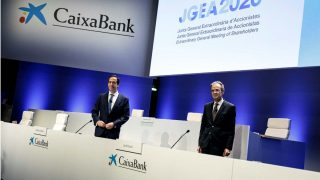 Jordi Gual y Gonzalo Gortázar, presidente y CEO de Caixabank durante la junta de accionistas extraordinaria para aprobar su fusión con Bankia