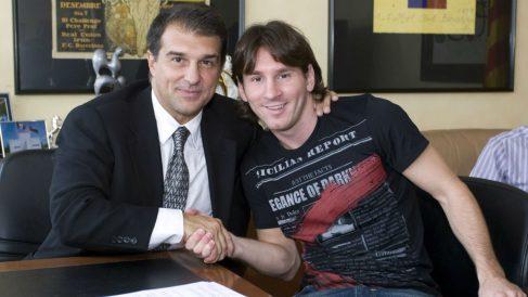 Laporta y Messi firman una de las renovaciones de Leo con el Barcelona. (fcbarcelona.com)