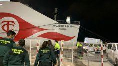 La Guardia Civil procede a inmovilizar el buque Ciudad de Palma en el puerto de Barcelona, el pasado lunes por la noche.
