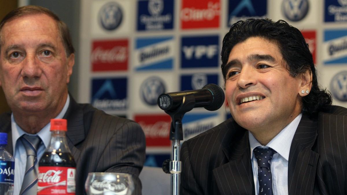 Carlos Bilardo y Diego Armando Maradona. (AFP)