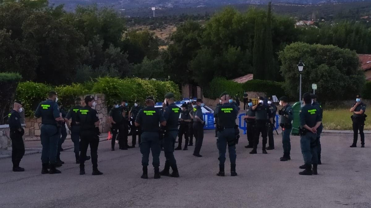 Imagen de archivo de los agentes ante el chalet de Galapagar.