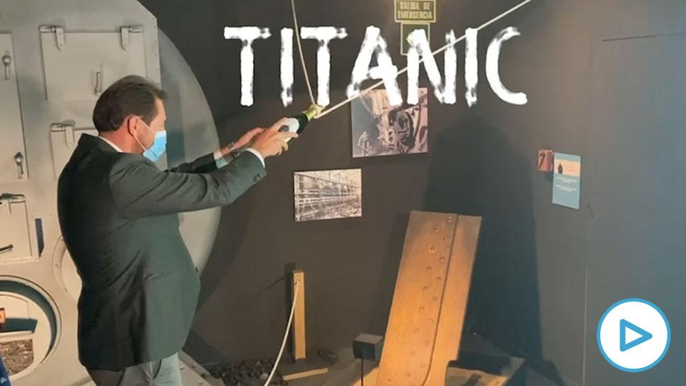 Óscar Puente inaugura una exposición sobre el 'Titanic' pero no acierta con la botella