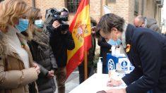 Pablo Montesinos, en Valladolid, este viernes firmando contra la Ley Celaá