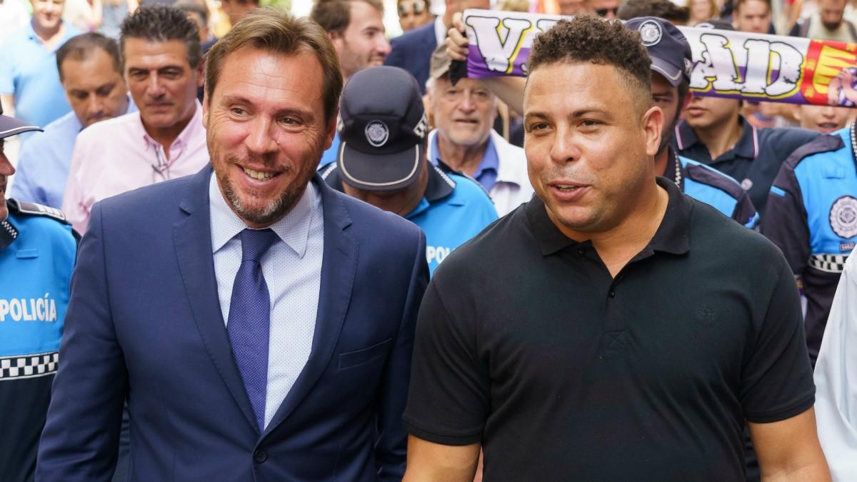 Óscar Puente habla con Ronaldo en el momento en que adquirió el 51% del Valladolid en 2018. (AFP)