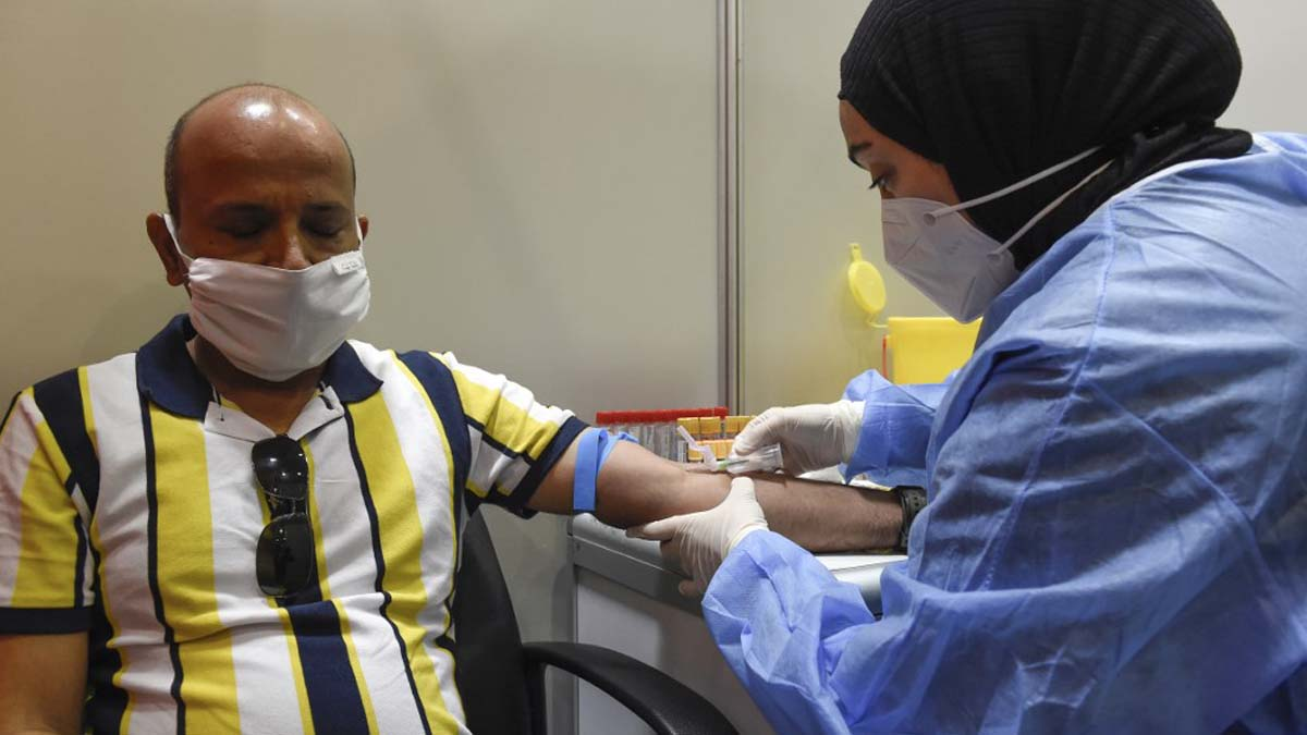 En la foto, un hombre participa en una prueba a gran escala de una vacuna financiada por China en Bahréin.Foto: AFP