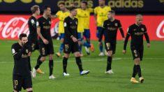 Los jugadores del Barcelona, durante el partido ante el Cádiz (AFP)