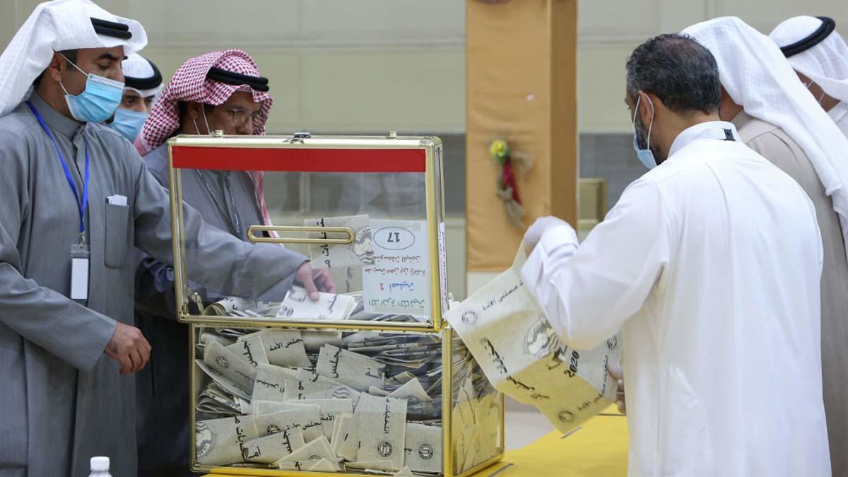 Las elecciones parlamentarias celebradas este sábado en Kuwait se han celebrado bajo estrictas medidas para contener la propagación del coronavirus. Foto: AFP