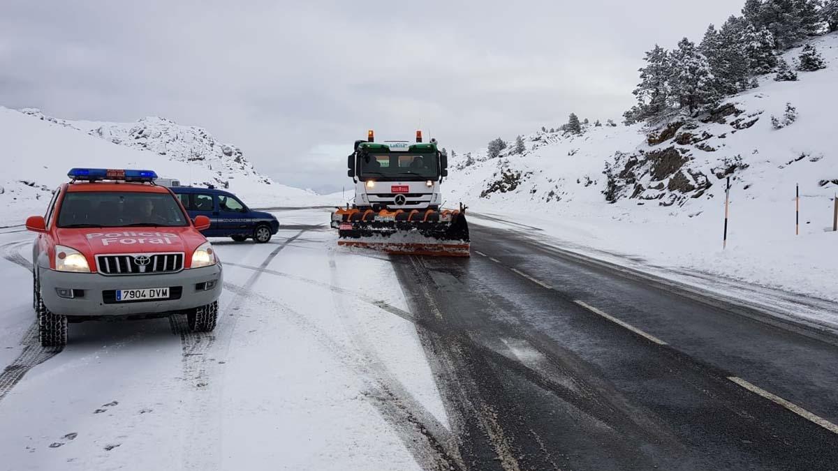 Un coche de la Policía Foral de Navarra espera a que pase un quitanieves por una carretera navarra. Foto: EP