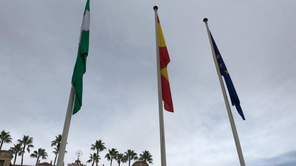 Banderas frente al Parlamento de Andalucía.