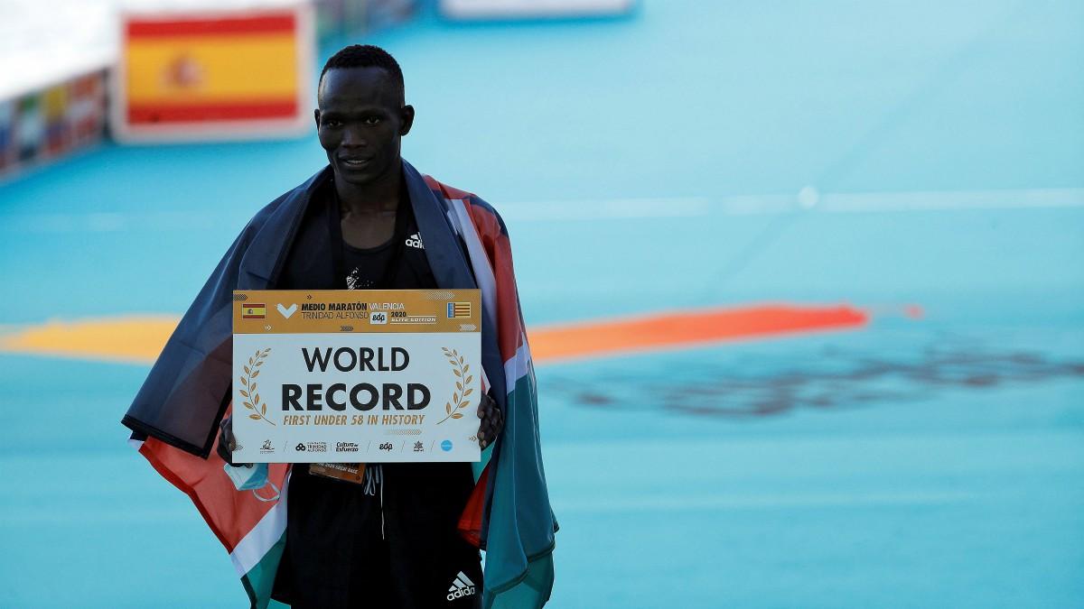 Kandie bate el récord del mundo en el Medio Maratón de Valencia. (EFE)