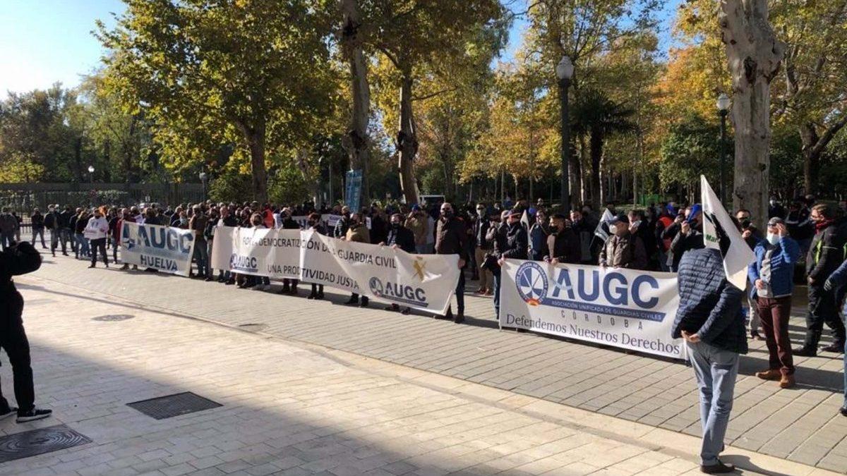 Guardias civiles vuelven a concentrarse en Sevilla en rechazo al reparto de productividad que «pretenden imponerles»